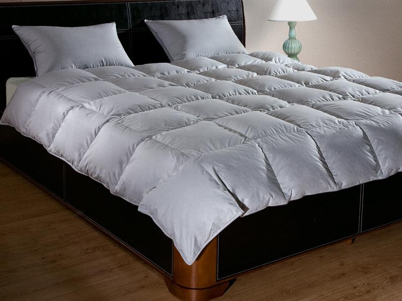 Одеяло Primavelle Argelia Light, наполнитель: гусиный пух, цвет: серый, 140 х 205 см531-105Одеяло Primavelle Argelia Light - стильная и комфортная постельная принадлежность, которая подарит уют и позволит окунуться в здоровый и спокойный сон. Чехол одеяла выполнен из нежнейшего батиста серого цвета с металлическим блеском. По краю чехол отделан кантом и оформлен крупной стежкой в виде квадратов. Внутри - наполнитель из отборного серого пуха сибирского гуся категории Экстра. Пух прошел специальную обработку многофункциональным гигиеническим и противоаллергенным средством Antigard. Кассетное распределение пуха в чехле позволяет одеялу принимать форму вашего тела, делая сон более комфортным. Одеяло упаковано в текстильную стеганую сумку с вышитым логотипом фирмы Primavelle. Материал чехла: батист (100% хлопок). Наполнитель: гусиный пух Экстра (95% пух, 5% перо). Размер: 140 см х 205 см.