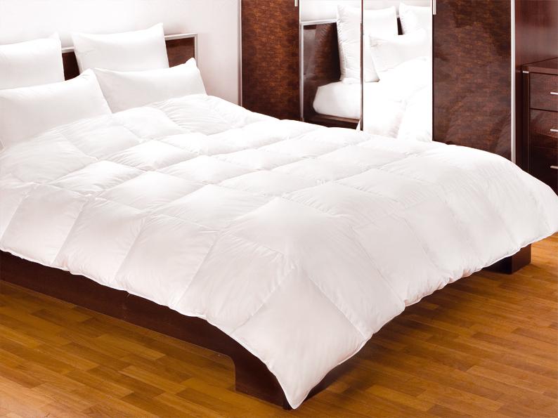 Одеяло Primavelle Felicia, наполнитель: гусиный пух, цвет: белый, 200 х 220 см05030116081Одеяло Primavelle Felicia - стильная и комфортная постельная принадлежность, которая подарит уют и позволит окунуться в здоровый и спокойный сон. Чехол одеяла выполнен из пуходержащего батиста белого цвета с благородным глянцем и оформлен крупной квадратной стежкой. Двойная окантовка белоснежного чехла позволяет удерживать наполнитель внутри и сохраняет одеяло мягким и объемным долгое время. Внутри - наполнитель из отборного серого пуха сибирского гуся категории Экстра, собранного вручную с живой птицы в период ее естественной линьки. Пух проходит специальную обработку многофункциональным гигиеническим и противоаллергенным средством Antigard. Кассетное распределение пуха в чехле позволяет одеялу принимать форму вашего тела, делая сон более комфортным и заключая вас в теплый кокон. Одеяло просто в уходе, подходит для машинной стирки, быстро сохнет. Упаковано в текстильную стеганую сумку с вышитым логотипом фирмы Primavelle. Материал чехла: батист (100% хлопок). Наполнитель: гусиный пух Экстра (95% пух, 5% перо). Вес наполнителя: 840 г. Размер: 200 см х 220 см.