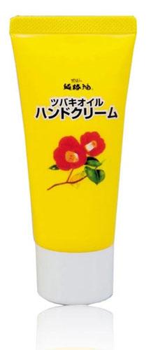 Kurobara Увлажняющий крем Tsubaki Oil для рук с маслом камелии 35гZ3503Благодаря натуральному маслу японской камелии крем способствует максимальному увлажнению и питанию кожи рук, придает ей здоровый и ухоженный вид. Кожа надежно защищена от сухости даже в холодное время года. После применения кожа становится нежной и гладкой.