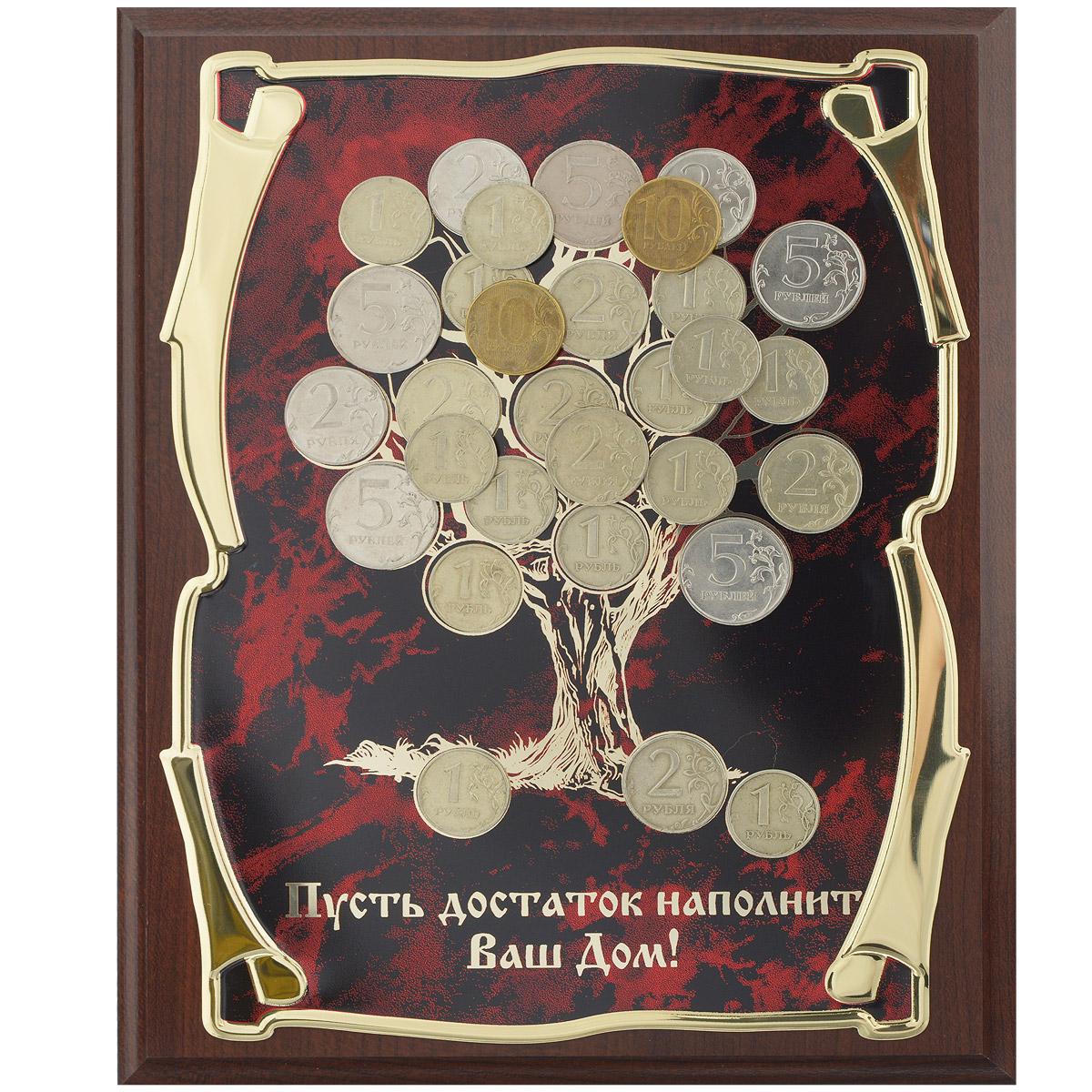 Панно Денежное дерево, 20,5 см х 25,5 см. 60301002RG-D31SПанно Денежное дерево - замечательный сувенир и прекрасный элемент декора. Прямоугольное основание изделия выполнено из МДФ темно-коричневого цвета. По центру размещена металлическая пластина из латунированной стали с изображением дерева, декорированного настоящими монетами. Ниже расположена надпись Пусть достаток наполнит Ваш Дом!. Технология нанесения текста - лазерная гравировка. С задней стороны имеются отверстия для размещения на стене. Панно упаковано в изысканную подарочную коробку, закрывающуюся на замочек. Внутренняя поверхность коробки задрапирована атласной тканью светлых тонов.