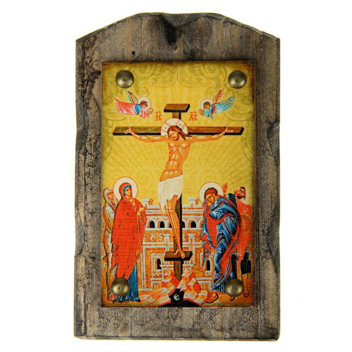 Икона на дереве Распятие Господне, 9,5 х 15 смFS-80299Икона Распятие Господне изготовлена из состаренного дерева с полноцветным изображением и металлическими элементами. Икона выполнена в стиле древних греческих икон. На ее обратной стороне имеется подвес, поэтому ее удобно вешать на стену. Изображенный образ полностью соответствует канонам Русской Православной Церкви. Икона выглядит по-настоящему богатой и старинной. Такая икона будет прекрасным подарком с духовной составляющей.