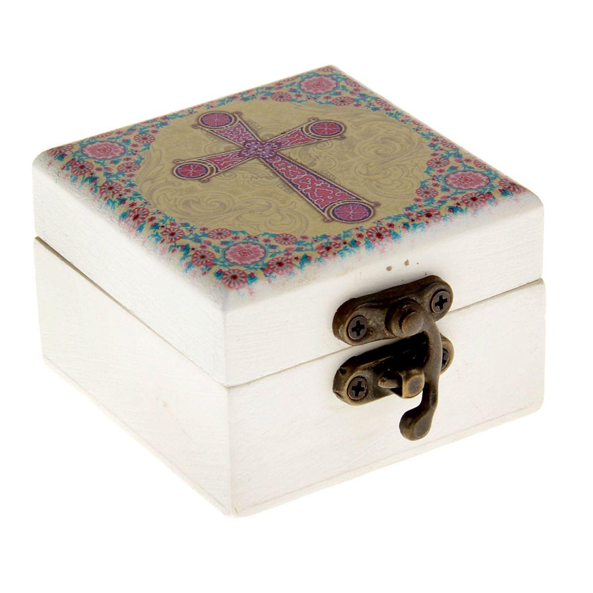Шкатулка Корсунский крест, 6,5 х 6,5 х 4,5 смFS-80299Шкатулка Корсунский крест, с зеркалом внутри, выполнена из благородного дерева, закрывается металлическим замочком. На крышку нанесено яркое полноцветное изображение Корсунского креста. Корсунский крест - русское название четырехконечного креста, относящегося к древнему византийскому типу. Свое название получил от Корсуни (Херсонеса), где крестился князь Владимир и откуда привез такие кресты в Киев. Древнейший экземпляр такого креста находится в Успенском соборе. Такая шкатулка будет достойным вместилищем для милых сердцу мелочей, каких-то святынь, которые есть у каждого. Станет прекрасным подарком с духовной составляющей для любого не только верующего человека.