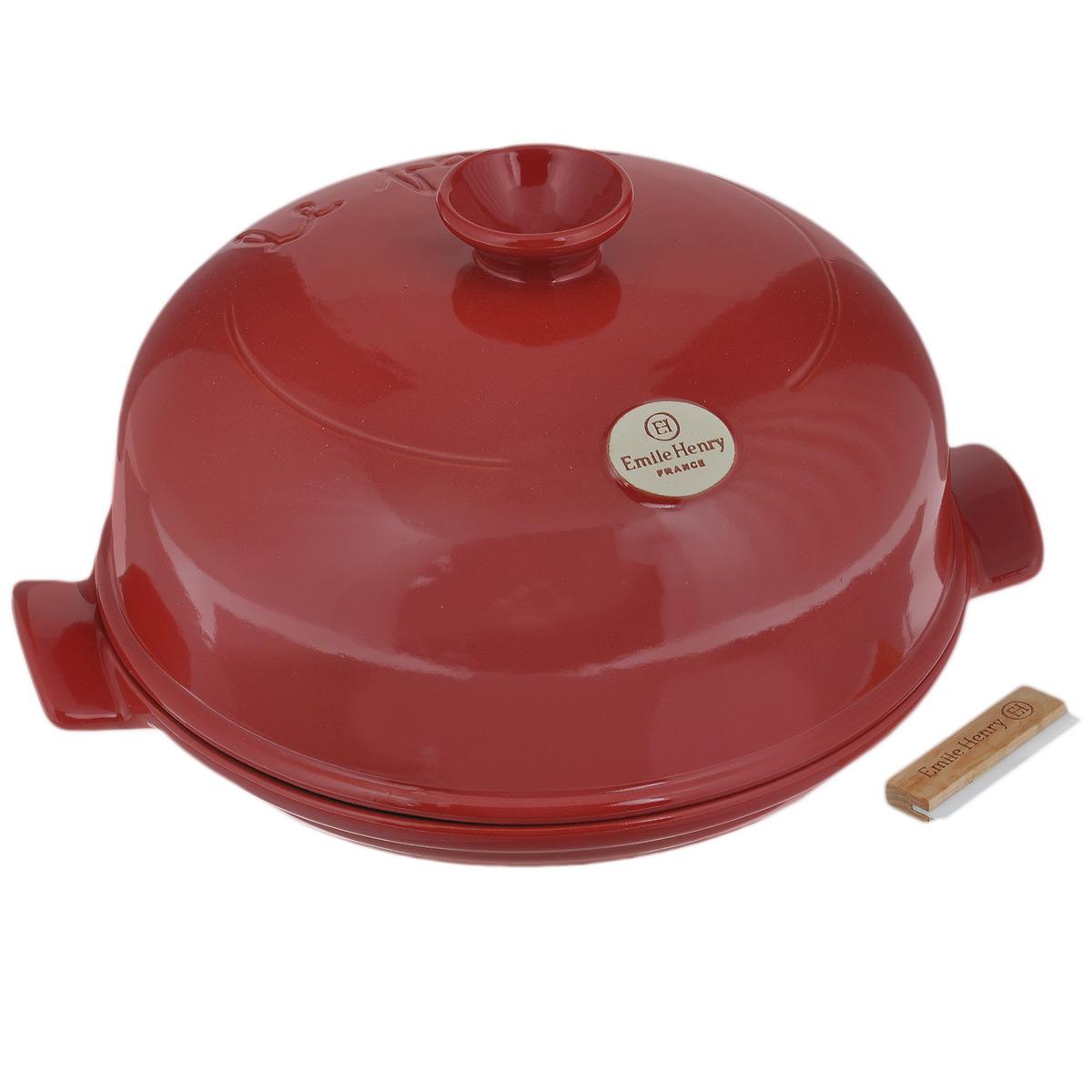 Набор для выпечки хлеба Emile Henry, цвет: гранат, 3 предмета54 009312Набор для выпечки хлеба Emile Henry состоит из круглой формы с крышкой и поварской лопатки.Форма и крышка выполнены из высококачественной жаропрочной глазурованной керамики, которая выдерживает нагревание до 500°C. Это полностью натуральный материал (без примеси металлов), идеально подходящий для медленного и равномерного приготовления пищи. Керамика гарантирует правильный здоровый подход к кулинарии: любые блюда получаются ароматными и сохраняют все полезные вещества, не подвергаясь перепадам температур в процессе приготовления. Благодаря медленному распределению тепла, вкусы и запахи продуктов концентрируются и становятся более насыщенными. Керамическая посуда обладает свойством долго сохранять тепло после того, как блюдо было снято с огня, и легко удерживать холод после того, как блюдо достали из холодильника. Куполообразная крышка является аналогом свода печи и позволяет поддерживать постоянную влажность в процессе приготовления, поэтому хлеб всегда получается пышным, мягким и с хрустящей корочкой. А благодаря ребристой поверхности основания, хлеб не прилипает и легко извлекается из формы. С формой для выпечки хлеба от Emile Henry приготовление настоящего домашнего хлеба просто как раз-два-три! В комплект также входит поварская лопатка - керамическое лезвие с деревянной ручкой, предназначено для надрезания хлеба. Форму можно помещать в духовку и микроволновую печь. Не помещать на прямые источники тепла, такие как плиты. Можно мыть в посудомоечной машине. Диаметр формы: 28 см. Высота (с крышкой): 16,5 см. Длина лопатки: 7 см.