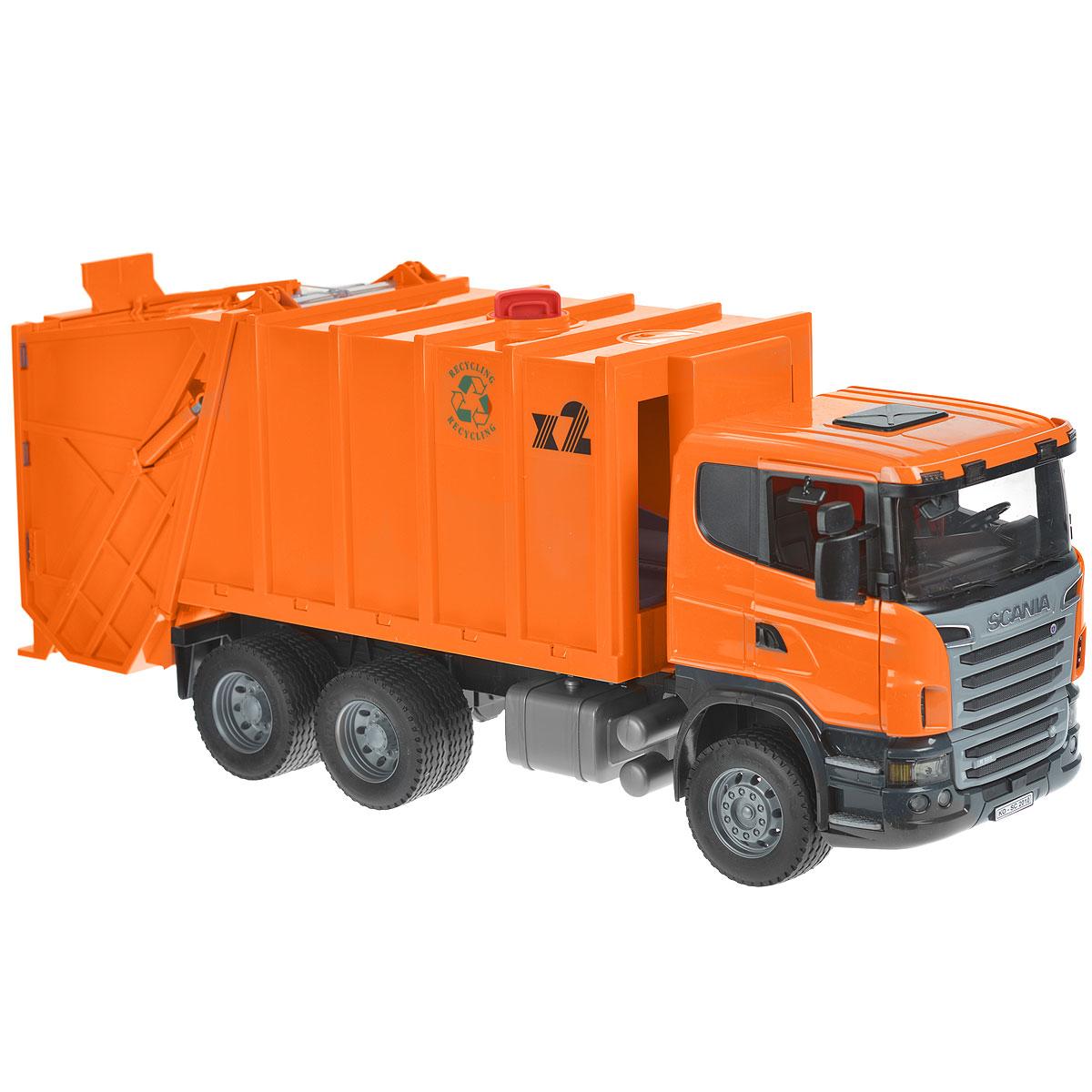 """Мусоровоз Bruder """"Scania"""", выполненный из прочного безопасного пластика оранжевого цвета, отлично подойдет ребенку для различных игр. Машина является уменьшенной копией мусоровоза фирмы Scania. Нет ничего удивительного в том, что это машина является одной из самых ведущих и продаваемых в этой серии грузовиков. С ее помощью можно убирать строительный мусор: перевозить камни, песок, ветки и другие грузы. Большое внимание уделено деталям: кабина водителя откидывается, имеет прозрачное ветровое стекло, изготовленное из небьющегося материала. Зеркала заднего вида можно сложить, а двери кабины открыть. Полный процесс погрузки и загрузки мусоровоза контролируется уникальным механизмом поворота рычага, мусорные баки можно также с легкостью очистить. Благодаря гибкой поддержки консоли та же самая процедура возможна и в самом контейнере для мусора. Процесс очищения очень прост: мусорные баки выталкиваются в опорную консоль, а затем мусор высыпается в основное корыто. Внутри контейнера есть..."""