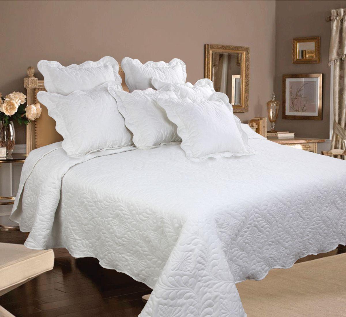 Комплект для спальни Mona Liza Royal White: покрывало 240 см х 260 см, 2 наволочки 40 см х 40 см, цвет: белыйFD-59Изысканный комплект для спальни Mona Liza Royal White состоит их стеганого покрывала и двух наволочек. Комплект выполнен из высококачественного полиэстера, оформлен декоративной ниточной стежкой, фигурным низом и обработан кантом.Комплект Mona Liza Royal - это отличный способ придать спальне уют и привнести в интерьер что-то новое. В комплект входит:Покрывало - 1 шт. Размер: 240 см х 260 см.Наволочка - 2 шт. Размер: 40 см х 40 см.