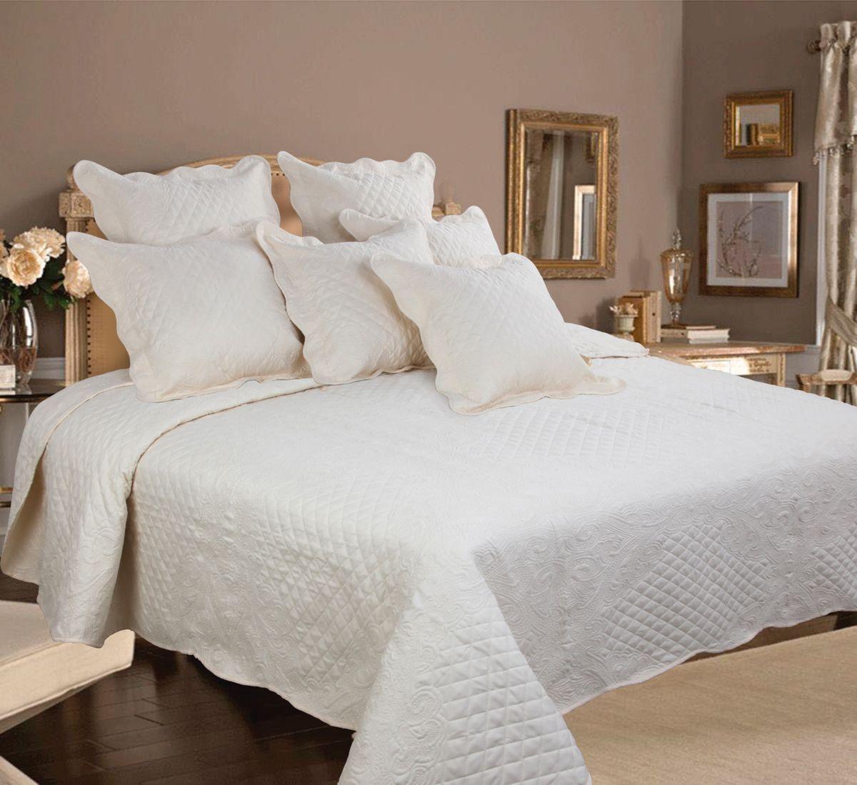 Комплект для спальни Mona Liza Royal Milky: покрывало 240 х 260 см, 2 наволочки 40 х 40 см, цвет: молочныйlns184196Изысканный комплект для спальни Mona Liza Royal Milky состоит их стеганого покрывала и двух наволочек. Комплект выполнен из высококачественного полиэстера, оформлен декоративной ниточной стежкой, фигурным низом и обработан кантом.Комплект Mona Liza Royal - это отличный способ придать спальне уют и привнести в интерьер что-то новое. В комплект входит:Покрывало - 1 шт. Размер: 240 см х 260 см.Наволочка - 2 шт. Размер: 40 см х 40 см.