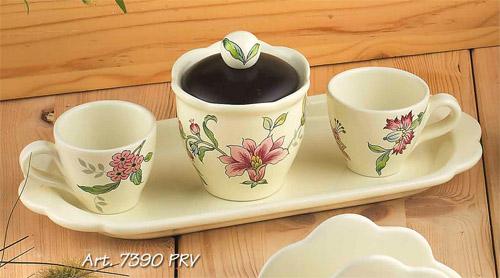 Н-р: 2кофейные чашки+сахарница на подносе, Дл=30см Прованс, штVT-1520(SR)Посуду фабрики Nuova cer S.N.C отличают тёплые оттенки и верность истинно итальянскому стилю. Для итальянского стиля характерна довольно толстая, нарочито простая керамическая посуда с красочной, яркой глазурью, с наивной росписью и орнаментами. Ее цвет можно подобрать в колористической гамме, в которой выдержан весь интерьер кухни. Но можно выбрать и контрастные цвета, чтобы сделать акцентом именно кухонный стол. Такую посуду можно использовать в микроволновой печи и мыть в посудомоечной машине. белый с рисунком