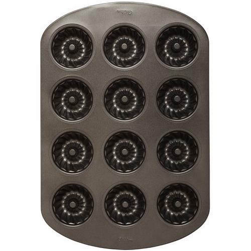 Форма для выпечки Wilton Мини кекс рифленый, с антипригарным покрытием, 12 ячеек11160_оранжевыйФорма для выпечки праздничного угощения Wilton Мини кекс рифленый изготовлена из металла с антипригарным покрытием. С таким покрытием пища не пригорает и не прилипает к стенкам. Форма содержит 12 ячеек в виде небольших кексов. Простая в уходе и долговечная в использовании форма будет верной помощницей в создании ваших кулинарных шедевров. Можно мыть в посудомоечной машине. Не используйте таблетки для посудомоечной машины, концентрированные средства испортят покрытие. Не мойте форму абразивными средствами и жесткими губками. Размер формы: 28 см x 42 см х 3,5 см.Размер ячейки: 7 см х 7 см х 3,2 см.