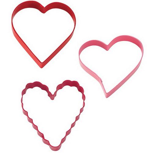 Формочки для вырезания печенья Wilton Сердца, 3 шт54 009312Формочки для вырезания печенья Wilton Сердца изготовлены из окрашенного металла. В наборе 3 формочки в виде сердечек различной формы. Предназначены для вырезания печенья, создания сладких украшений, бутербродов и других изделий. Можно использовать как трафареты для поделок и с непищевыми материалами (бумагой и др.). С такими формами-резаками можно сделать множество интересных фигурок и поделок. Размер форм: 7 см х 7,5 см х 2,5 см.