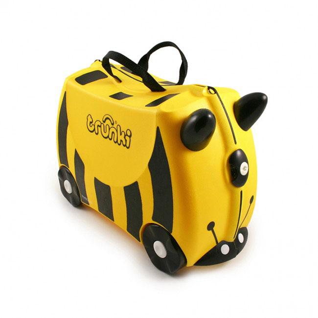 Trunki Чемодан-каталка Пчела0044-GB01-P1Детский чемодан-каталка Trunki Пчела - оригинальный чемодан на колесах, созданный, чтобы избавить маленьких путешественников от скуки и усталости.Корпус чемодана выполнен в форме седла, чтобы маленькому наезднику было комфортно сидеть. Расцветка такого чемодана-каталки похожа на маленькую пчелку. А когда катишься на нем, представляется, что летишь на спине этого насекомого. Малыш может держаться за специальные рожки на передней части чемодана. Форма рожек специально разработана для детских ручек. Чемодан имеет 4 колеса и стабилизаторы, которые не позволят чемодану опрокинуться. Для переноски у чемодана предусмотрены 2 текстильные ручки, а также ремень через плечо, который можно использовать для буксировки чемодана. Чемодан содержит вместительное отделение с фиксирующейся Х-образной резинкой. Также в чемодане имеется длинный кармашек для мелочей. Закрывается чемодан на две защелки. Крышка чемодана плотно прилегает к основанию, уплотнитель между ними не позволит мелким предметам выпасть из него.Чемодан-каталка Trunki Пчела поможет ребенку не заскучать во время длительных перелетов и ожидания в аэропорту.