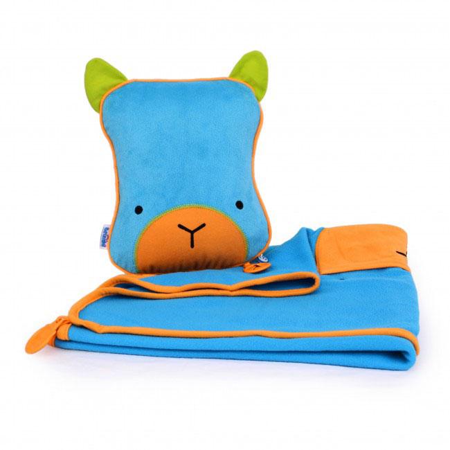 Дорожный набор Trunki Bert, 3в1, цвет: голубой, зеленый588Удивительно полезный дорожный набор Trunki Bert должен быть у каждого маленького путешественника. Подушку с пледом внутри, легко и просто можно брать с собой в самолет, поезд или машину. Ваш малыш теперь будет с комфортом спать в дороге, положив головку на мягкую надувную подушку и укрывшись одеялом. Подушка выполнена в виде забавной рожицы. Набор укомплектован надувной вставкой, превращающейся в подушку. На пледе есть специальный кармашек, куда можно посадить свою любимую игрушку. Комплект имеет уникальное крепление Trunki Grip, соединяющее одеяло и подушку, чтобы вам не приходилось часто укрывать вашего малыша. Рекомендуемый возраст: от 2 лет.Размер подушки: 26 см х 21 см. Размер пледа: 70 см х 90 см.