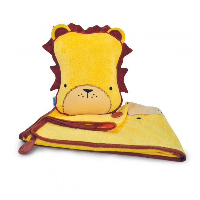 Дорожный набор Trunki Leeroy, 3в1, цвет: желтый, коричневый531-105Удивительно полезный дорожный набор Trunki Leeroy должен быть у каждого маленького путешественника. Подушку с пледом внутри, легко и просто можно брать с собой в самолет, поезд или машину. Ваш малыш теперь будет с комфортом спать в дороге, положив головку на мягкую надувную подушку и укрывшись одеялом. Подушка выполнена в виде забавной рожицы льва с гривой. Набор укомплектован надувной вставкой, превращающейся в подушку. На пледе есть специальный кармашек, куда можно посадить свою любимую игрушку. Комплект имеет уникальное крепление Trunki Grip, соединяющее одеяло и подушку, чтобы вам не приходилось часто укрывать вашего малыша. Рекомендуемый возраст: от 2 лет.Размер подушки: 26 см х 21 см. Размер пледа: 70 см х 90 см.