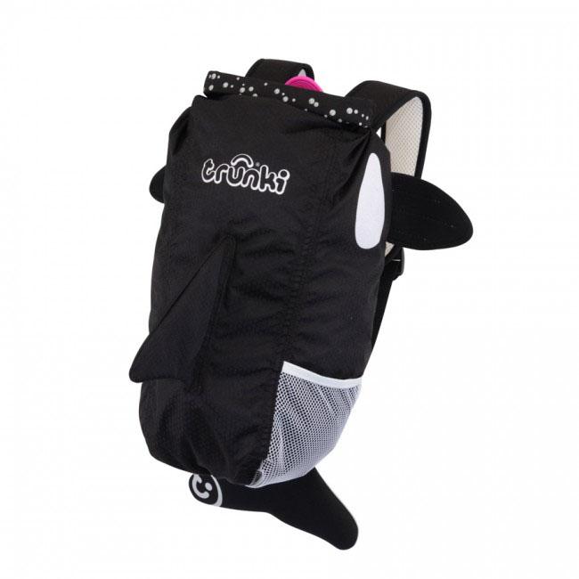 Рюкзак детский Trunki Косатка, цвет: черный, белый, розовый0101-GB01Стильный универсальный детский рюкзак Trunki Косатка - великолепный подарок для маленьких спортсменов и путешественников.Выполнен из прочного и водоотталкивающего материала в виде косатки черного цвета с розовым языком. Рюкзак состоит из вместительного отделения, закрывающегося на уникальную застежку top-roll, которая также сохранит содержимое и защитит от проникновения воды. Благодаря широкой горловине рюкзака в него очень удобно складывать вещи. Внутри отделения находится открытый нашивной карман. Рюкзак имеет один боковой карман-сетка, стянутый сверху резинкой.Конструкция спинки дополнена противоскользящей сеточкой и системой вентиляции для предотвращения запотевания спины ребенка. Мягкие широкие лямки позволяют легко и быстро отрегулировать рюкзак в соответствии с ростом. На правой лямке рюкзака предусмотрено специальное крепление Trunki grip, с помощью которого можно подвесить детские солнцезащитные очки. Рюкзак имеет светоотражающие элементы, а также карман в виде плавника, куда можно положить различные мелочи.Рюкзак Trunki Косатка прекрасно подойдет для поездок, занятий спортом, походов бассейн и на пляж. Ребенку непременно понравится этот яркий стильный аксессуар, который станет для него постоянным спутником.Рекомендуемый возраст: от 3 лет.