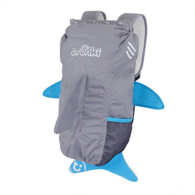 Рюкзак детский Trunki Акула, цвет: серый, голубой, белый, 10 л72523WDСтильный универсальный детский рюкзак Trunki Акула - великолепный подарок для маленьких спортсменов и путешественников.Выполнен из прочного и водоотталкивающего материала в виде акулы серого цвета с голубыми плавниками. Рюкзак состоит из вместительного отделения, закрывающегося на уникальную застежку top-roll, которая также сохранит содержимое и защитит от проникновения воды. Благодаря широкой горловине рюкзака в него очень удобно складывать вещи. Внутри отделения находится открытый нашивной карман. Рюкзак имеет один боковой карман-сетка, стянутый сверху резинкой.Конструкция спинки дополнена противоскользящей сеточкой и системой вентиляции для предотвращения запотевания спины ребенка. Мягкие широкие лямки позволяют легко и быстро отрегулировать рюкзак в соответствии с ростом. На правой лямке рюкзака предусмотрено специальное крепление Trunki grip, с помощью которого можно подвесить детские солнцезащитные очки. Рюкзак имеет светоотражающие элементы, а также карман в виде плавника, куда можно положить различные мелочи.Рюкзак Trunki Акула прекрасно подойдет для поездок, занятий спортом, походов бассейн и на пляж. Ребенку непременно понравится этот яркий стильный аксессуар, который станет для него постоянным спутником.Рекомендуемый возраст: от 3 лет.