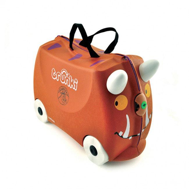 Trunki Чемодан-каталка Граффало72523WDДетский чемодан-каталка Trunki Граффало - оригинальный чемодан на колесах, созданный, чтобы избавить маленьких путешественников от скуки и усталости.Корпус чемодана выполнен в форме седла, чтобы маленькому наезднику было комфортно сидеть. Малыш может держаться за специальные рожки на передней части чемодана. Форма рожек специально разработана для детских ручек. Чемодан имеет 4 колеса и стабилизаторы, которые не позволят чемодану опрокинуться. Для переноски у чемодана предусмотрены 2 текстильные ручки, а также ремень через плечо, который можно использовать для буксировки чемодана. Чемодан содержит вместительное отделение с фиксирующейся Х-образной резинкой. Также в чемодане имеется длинный кармашек для мелочей. Закрывается чемодан на две защелки. Крышка чемодана плотно прилегает к основанию, уплотнитель между ними не позволит мелким предметам выпасть из него.Чемодан-каталка Trunki Граффало поможет ребенку не заскучать во время длительных перелетов и ожидания в аэропорту.