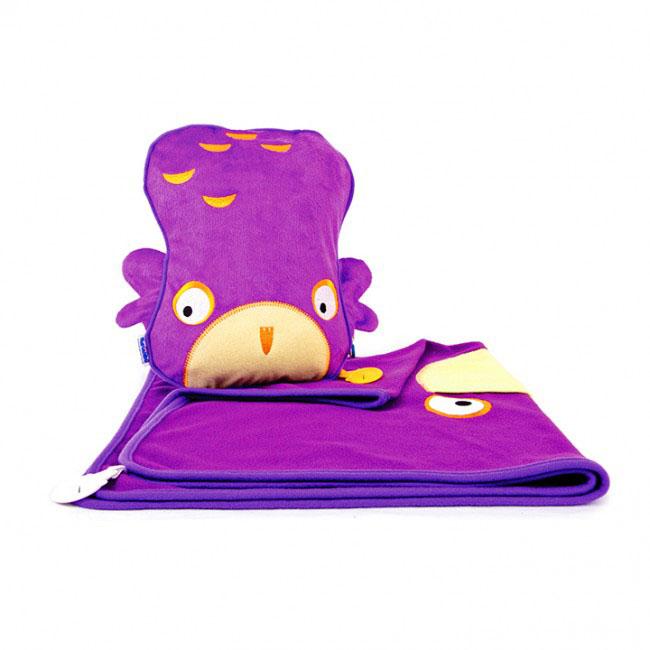 Дорожный набор Trunki Ollie, 3в1, цвет: фиолетовый0079-GB01Удивительно полезный дорожный набор Trunki Ollie должен быть у каждого маленького путешественника. Подушку с пледом внутри, легко и просто можно брать с собой в самолет, поезд или машину. Ваш малыш теперь будет с комфортом спать в дороге, положив головку на мягкую надувную подушку и укрывшись одеялом. Подушка выполнена в виде забавной рожицы совенка. Набор укомплектован надувной вставкой, превращающейся в подушку. На пледе есть специальный кармашек, куда можно посадить свою любимую игрушку. Комплект имеет уникальное крепление Trunki Grip, соединяющее одеяло и подушку, чтобы вам не приходилось часто укрывать вашего малыша. Рекомендуемый возраст: от 2 лет.Размер подушки: 26 см х 21 см. Размер пледа: 70 см х 90 см.