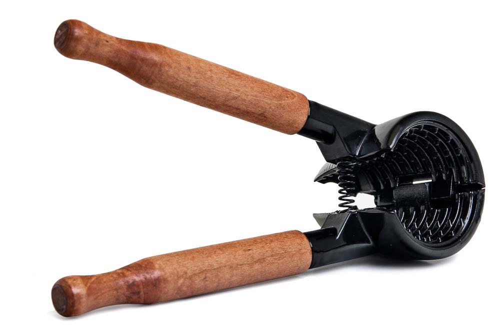 Орехокол Marmiton, цвет: черный, коричневый. 1701877.858@24222 / Q3201 Dolcezza VerdeОрехокол Marmiton быстро и без труда расколет любой крупный орех, не повредив его. Чрезвычайно практичен и прост в применении. Идеально подходит для грецких орехов. Специальная конструкция орехокола позволяет извлечь ядро ореха целиком. Специальные шипы на внутренней поверхности орехокола надежно фиксируют орех во время раскрытия, не позволяя ему выскользнуть. Все осколки остаются внутри орехокола. Благодаря ручкам из натурального дерева, вы не будете испытывать дискомфорта при его применении. Размер орехокола: 17 см х 4,5 см х 6 см.