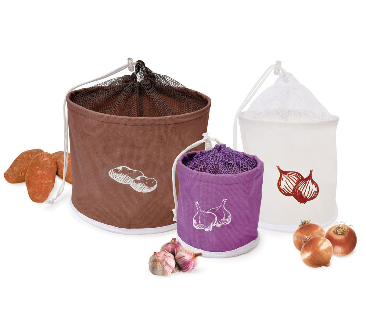 Набор сумок для хранения продуктов Iris, 3 штDFC01533-02212 W 7/SНабор Iris состоит из трех сумок разного размера и цвета, предназначенных для хранения картофеля, лука и чеснока. Изделия выполнены из плотного полиэстера, сверху оснащены сеткой на кулиске. Благодаря сетке происходит естественная вентиляция продуктов, что предотвращает их гниение. Внутренний слой предотвращает цветение и образование плесени на плодах. Сумки удобны в использовании. Оригинальные сумки станут незаменимым украшением интерьера на кухне у хорошей хозяйки. Диаметр сумок: 12 см, 19 см, 25 см. Высота сумок: 12 см, 18,5 см, 20,5 см.