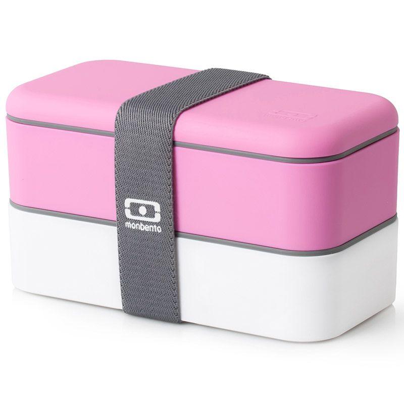 Ланчбокс Monbento Original, цвет: розовый, белый, 1 л02513BHЛанчбокс Monbento Original изготовлен из высококачественного пищевого пластика с приятным на ощупь прорезиненным покрытием soft-touch. Предназначен для хранения и переноски пищевых продуктов. Ланчбокс представляет собой два прямоугольных контейнера, в которых удобно хранить различные блюда. В комплекте также предусмотрена емкость для соуса, которая удобно помещается в одном из контейнеров. Контейнеры вакуумные, что позволяет продуктам дольше оставаться свежими и вкусными. Боксы дополнительно фиксируются друг над другом эластичным ремешком. Компактные размеры позволят хранить ланчбокс в любой сумке. Его удобно взять с собой на работу, отдых, в поездку. Теперь любимая домашняя еда всегда будет под рукой, а яркий дизайн поднимет настроение и подарит заряд позитива. Можно использовать в микроволновой печи и для хранения пищи в холодильнике, можно мыть в посудомоечной машине. В крышке каждого контейнера - специальная пробка, которую надо вытащить, если вы разогреваете еду. Объем одного контейнера: 0,5 л. Общий размер ланчбокса: 18 см х 9 см х 10,5 см. Размер контейнера: 18 см х 9 см х 4,5 см. Размер емкости для соуса: 8,5 см х 4,5 см х 3 см.Объем емкости для соуса: 0,1 л.