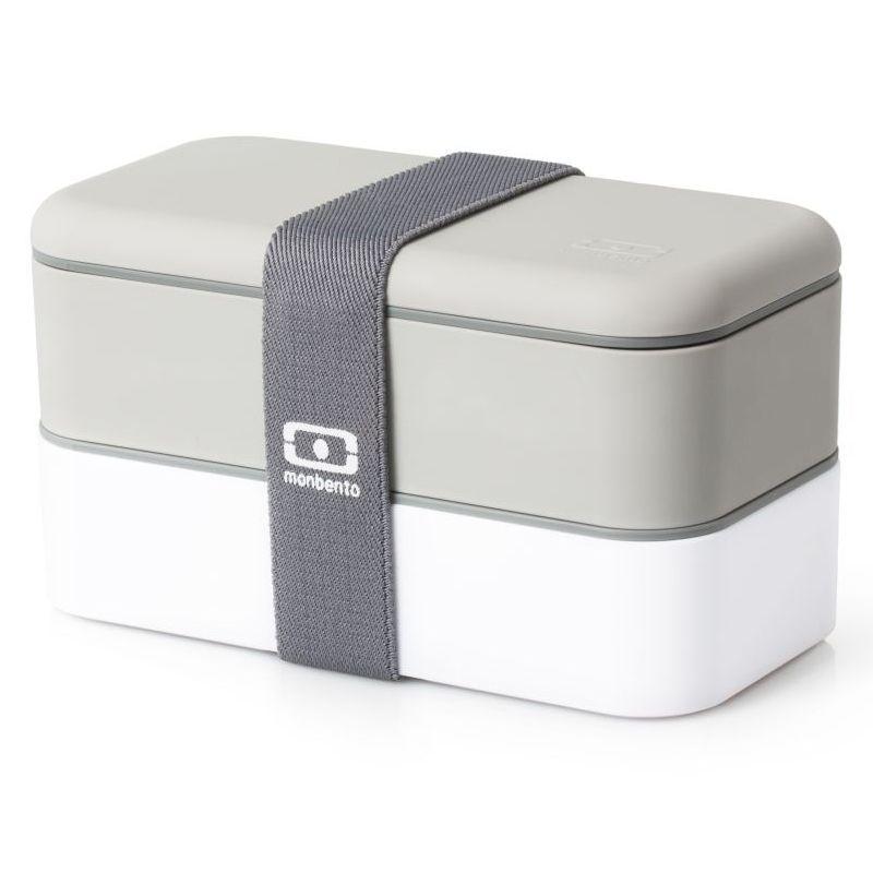 Ланчбокс Monbento Original, цвет: серый, белый, 1 лВК-5116Ланчбокс Monbento Original изготовлен из высококачественного пищевого пластика с приятным на ощупь прорезиненным покрытием soft-touch. Предназначен для хранения и переноски пищевых продуктов. Ланчбокс представляет собой два прямоугольных контейнера, в которых удобно хранить различные блюда. В комплекте также предусмотрена емкость для соуса, которая удобно помещается в одном из контейнеров. Контейнеры вакуумные, что позволяет продуктам дольше оставаться свежими и вкусными. Боксы дополнительно фиксируются друг над другом эластичным ремешком. Компактные размеры позволят хранить ланчбокс в любой сумке. Его удобно взять с собой на работу, отдых, в поездку. Теперь любимая домашняя еда всегда будет под рукой, а яркий дизайн поднимет настроение и подарит заряд позитива. Можно использовать в микроволновой печи и для хранения пищи в холодильнике, можно мыть в посудомоечной машине. В крышке каждого контейнера - специальная пробка, которую надо вытащить, если вы разогреваете еду. Объем одного контейнера: 0,5 л. Общий размер ланчбокса: 18 см х 9 см х 10,5 см. Размер контейнера: 18 см х 9 см х 4,5 см. Размер емкости для соуса: 8,5 см х 4,5 см х 3 см.Объем емкости для соуса: 0,1 л.