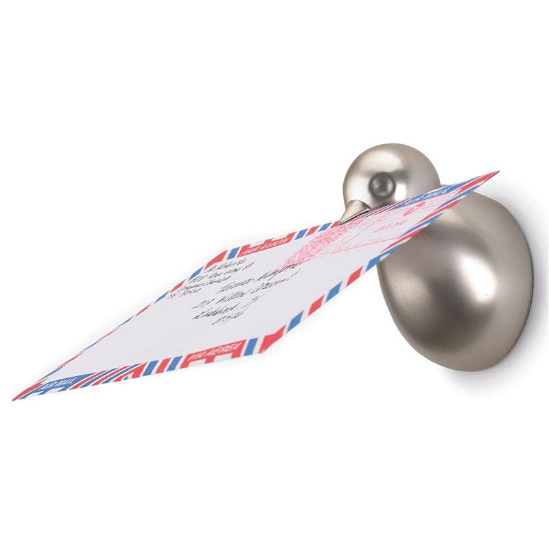 Вешалки с магнитами Umbra Birdie, 3 шт60304Настенные вешалки с магнитами Umbra Birdie обладают потрясающей способностью навести порядок во всех мелочах за считанные минуты. Вешалки выполнены из металла с серебристым покрытием в виде птичек. Птички магнитные и притягивают все металлические мелочи, а в клювике отлично помещаются письма и бумаги. Крепежные элементы для монтажа к стене входят в комплект. Размер вешалки: 5 см х 5 см х 7 см.