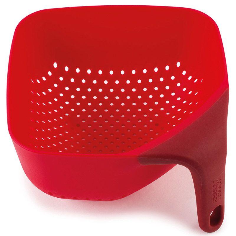 Дуршлаг Joseph Joseph Square Colander, цвет: красный, 16 х 16 см115510Квадратный дуршлаг Joseph Joseph Square Colander изготовлен из прочного пищевого пластика. Изделие имеет три удобные ножки для лучшей устойчивости, а также ручку эргономичной формы. Благодаря особой форме отверстий оттуда быстро выливается вся жидкость. Форма для дуршлага необычная, но это делает его уникальным предметом, который призван облегчить работу на кухне.Красивый и удобный дуршлаг Joseph Joseph Square Colander станет достойным дополнением к вашим кухонным аксессуарам. Можно мыть в посудомоечной машине.Размер: 16 см х 16 см х 8,5 см.