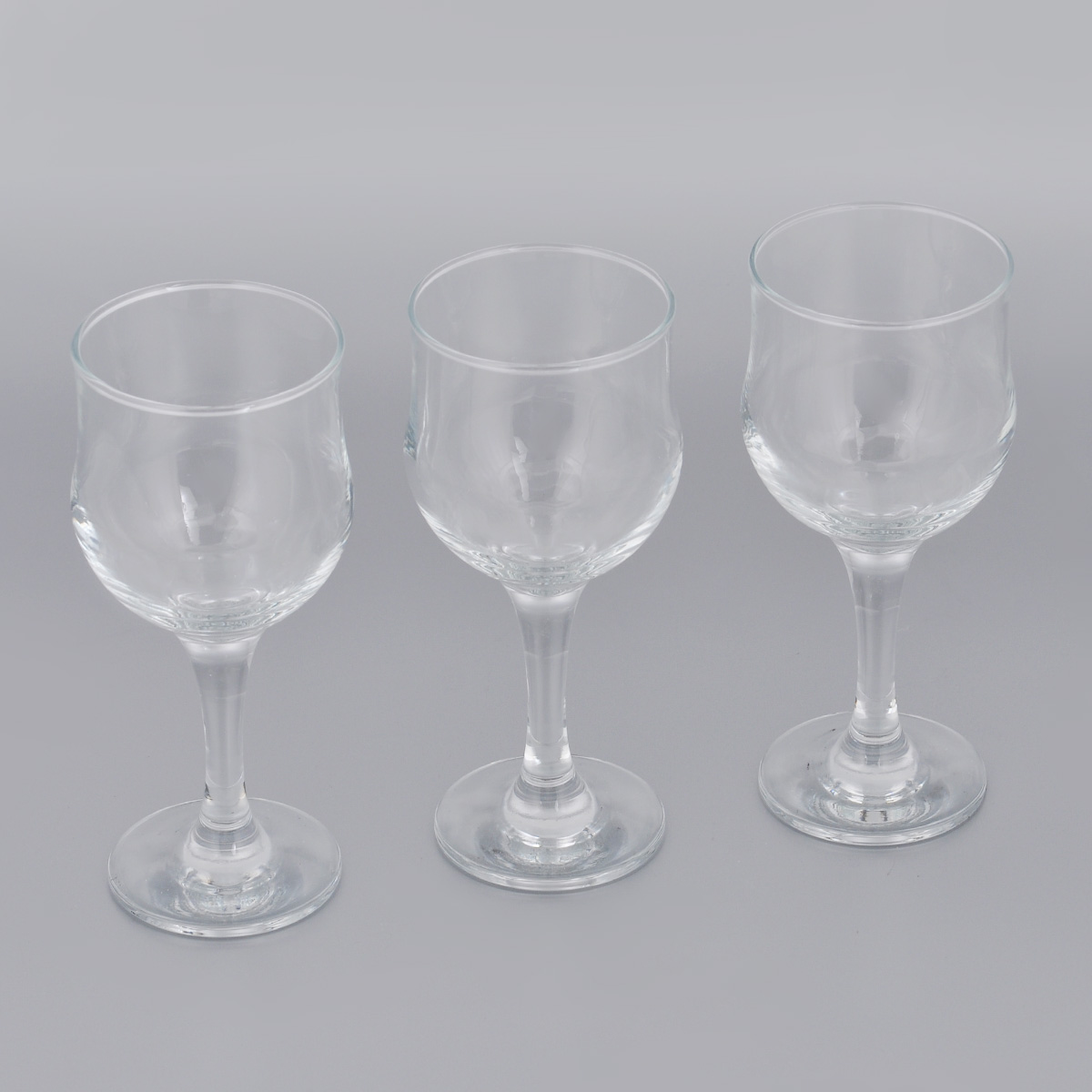 Набор бокалов для красного вина Pasabahce Tulipe, 240 мл, 3 штVT-1520(SR)Набор Pasabahce Tulipe состоит из трех бокалов, выполненных из прочного натрий-кальций-силикатного стекла. Изделия оснащены высокими ножками. Бокалы предназначены для подачи красного вина. Они сочетают в себе элегантный дизайн и функциональность. Благодаря такому набору пить напитки будет еще вкуснее.Набор бокалов Pasabahce Tulipe прекрасно оформит праздничный стол и создаст приятную атмосферу за романтическим ужином. Такой набор также станет хорошим подарком к любому случаю. Можно мыть в посудомоечной машине и использовать в микроволновой печи.Диаметр бокала (по верхнему краю): 6 см. Высота бокала: 16,5 см.