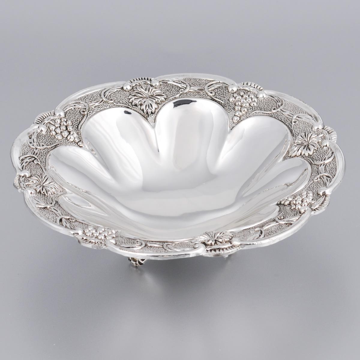 Ваза универсальная Marquis, диаметр 18 см. 7035-MR115510Универсальная ваза Marquis круглой формы выполнена из стали с никель-серебряным покрытием и оформлена каймой с изящным рельефом. Ваза прекрасно подойдет для красивой сервировки конфет, фруктов, пирожных и много другого. Такая ваза придется по вкусу и ценителям классики, и тем, кто предпочитает утонченность и изысканность. Она украсит сервировку вашего стола и подчеркнет прекрасный вкус хозяина, а также станет отличным подарком.Диаметр (по верхнему краю): 18 см.Высота вазы: 5 см.