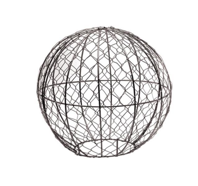 Каркас для фигурного кустарника Burgon & Ball Шар, диаметр 30 смBH-SI0439-WWКаркас для фигурного кустарника Burgon & Ball Шар представляет собой жесткую проволоку и сетку, надежно обработанные специальным составом, который не боится воды. Каркас Шар состоит из двух полусфер с отверстием сбоку. С его помощью вы сможете создать удивительный топиари в форме шара. Топиари - достаточно простая техника выращивания растения в рамке. Для этого насадите рамку на любой быстрорастущий декоративный куст или вьюн и закрепите на земле колышками (входят в комплект). По мере роста куста побеги, выглядывающие за пределы рамки, обрезают до тех пор, пока рамка полностью не заполнится растением. После удаления формы остается великолепная живая скульптура. При нормальных условиях, фигура вырастает за 0,5-1 сезон. Такие топиари можно выращивать как под открытым небом, так и в комнатных условиях в любом кашпо. Для выращивания каркасных форм хорошо подходят такие растения, как жасмин, английский плющ, виноградная лоза, ползучий карликовый фикус и др. Неплохим решением являются топиари из лесных трав: лаванды, розмарина, чабреца и др. Если нет возможности создать настоящий топиари, можно использовать обыкновенный плющ. При выращивании топиари в горшках и кадках, следует обратить внимание на сочетание контейнера и формы растения. Округлые топиари лучше смотрятся в квадратных кадках, в то время как конусообразные - в обычных прямых. Топиари всегда привлекают внимание и имеют очень эффектный вид, где бы они ни размещались. Диаметр: 30 см.
