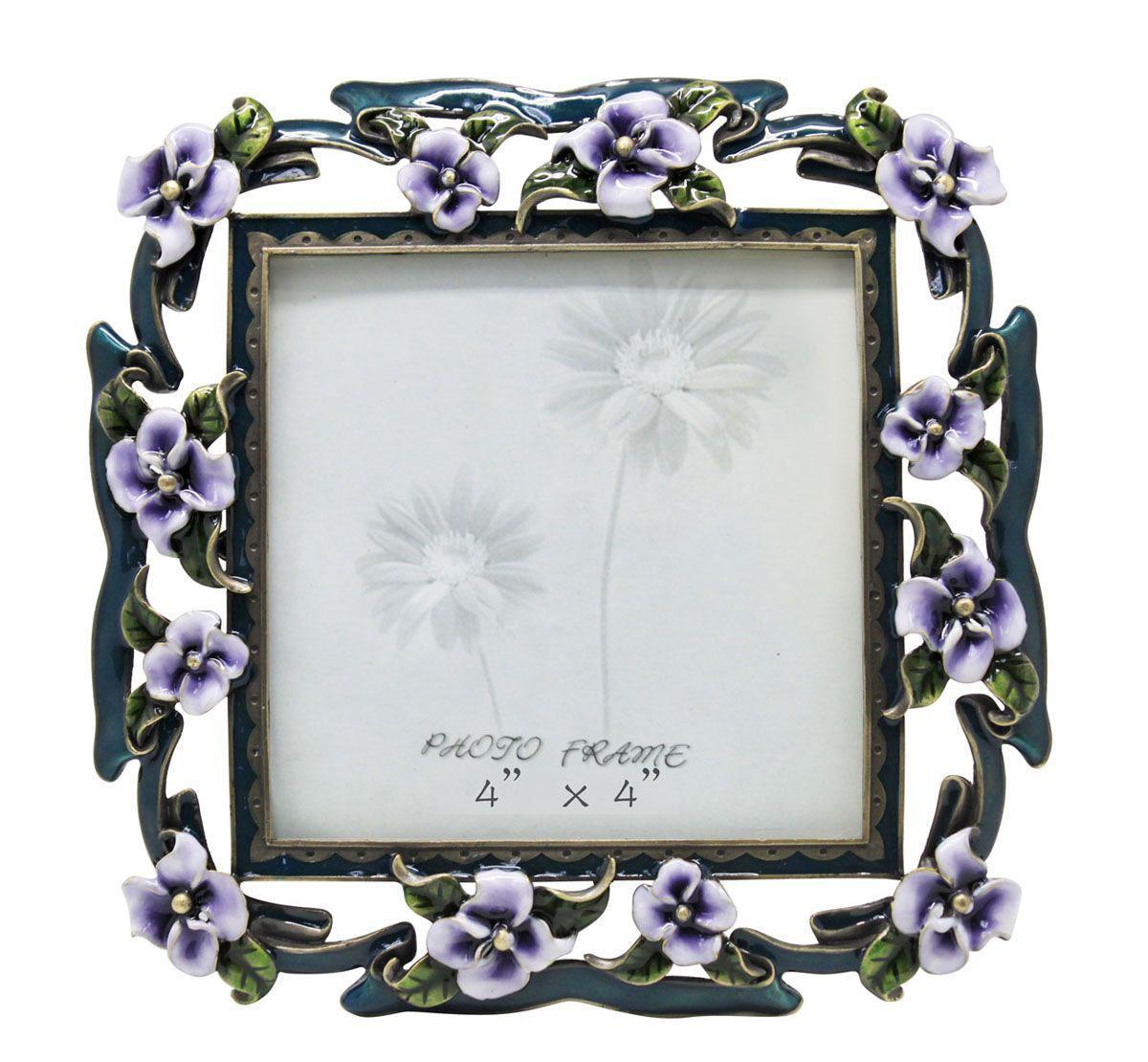 Рамка для фотографий Jardin DEte Сиреневые цветы, 10 см х 10 см. HS-25010E41619Изящная рамка для фотографий Jardin DEte Сиреневые цветы выполнена из сплава олова, покрытого эпоксидной смолой. С задней стороны имеется ножка для удобного размещения. Такая рамка позволит хранить на самом видном месте фотографию ваших родных и близких, а также великолепно украсит интерьер помещения. Характеристики: Материал: металл, стекло, эпоксидная смола. Размер фоторамки: 15 см х 15 см. Размер фотографии: 10 см х 10 см. Артикул: HS-25010E.