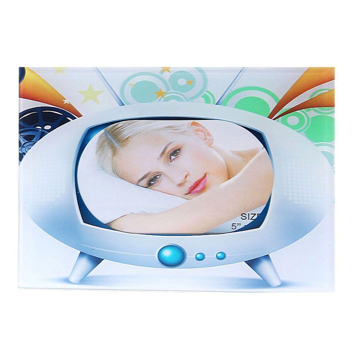 Фоторамка Sima-land Инопланетный телевизор, 10 см х 15 смTHN132NДекоративная фоторамка Sima-land Инопланетный телевизор выполнена из стекла и декорирована изображением телевизора. Обратная сторона рамки оснащена специальной ножкой, благодаря которой ее можно поставить на стол или любое другое место в доме или офисе. Такая фоторамка украсит ваш интерьер оригинальным образом, а также позволит сохранить память о дорогих вам людях и интересных событиях вашей жизни. С ней вы сможете не просто внести в интерьер своего дома элемент оригинальности, но и создать атмосферу загадочности и изысканности.