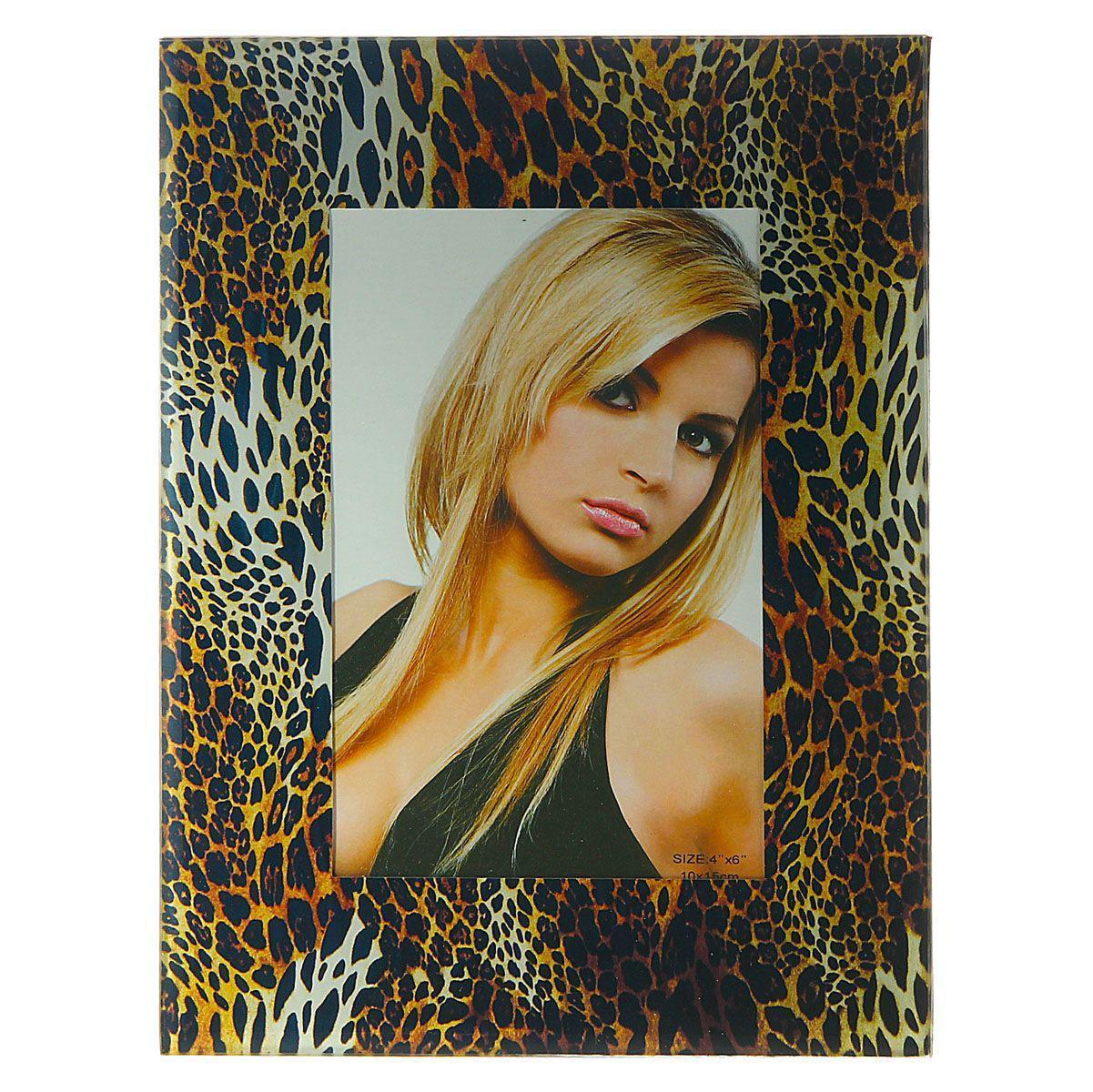Фоторамка Sima-land Леопард, цвет: черный, коричневый, 10 см х 15 смTHN132NДекоративная фоторамка Sima-land Леопард выполнена из стекла и декорирована леопардовым принтом. Обратная сторона рамки оснащена специальной ножкой, благодаря которой ее можно поставить на стол или любое другое место в доме или офисе. Такая фоторамка украсит ваш интерьер оригинальным образом, а также позволит сохранить память о дорогих вам людях и интересных событиях вашей жизни. С ней вы сможете не просто внести в интерьер своего дома элемент оригинальности, но и создать атмосферу загадочности и изысканности.