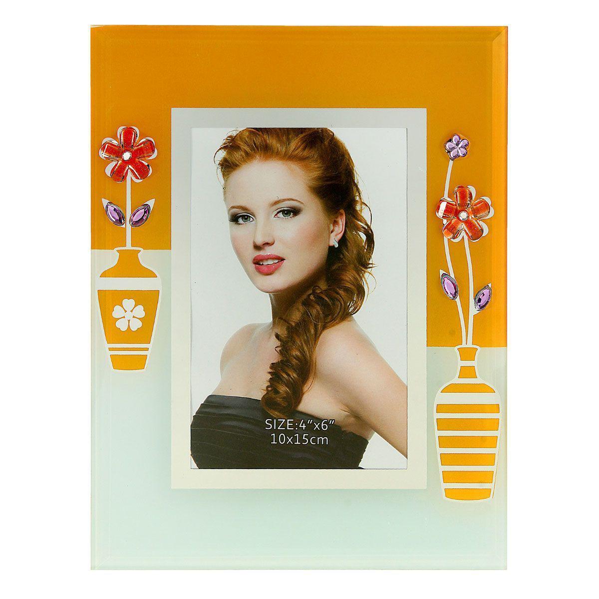 Фоторамка Sima-land Оранжевые вазы с цветами, цвет: оранжевый, белый, 10 см х 15 смБрелок для ключейДекоративная фоторамка Sima-land Оранжевые вазы с цветами выполнена из стекла и декорирована изображениями вазочек с цветами, а также украшена стразами. Обратная сторона рамки оснащена специальной ножкой, благодаря которой ее можно поставить на стол или любое другое место в доме или офисе. Такая фоторамка украсит ваш интерьер оригинальным образом, а также позволит сохранить память о дорогих вам людях и интересных событиях вашей жизни. С ней вы сможете не просто внести в интерьер своего дома элемент оригинальности, но и создать атмосферу загадочности и изысканности.