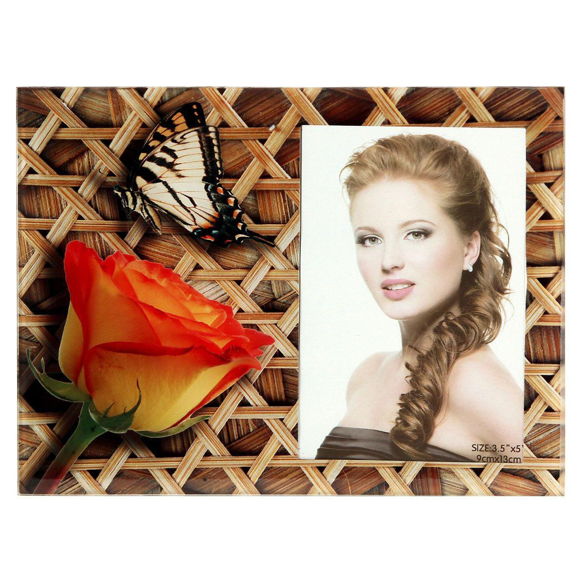 Фоторамка Sima-land Роза с бабочкой на плетенке, цвет: коричневый, 9 х 13 смRG-D31SДекоративная фоторамка Sima-land Роза с бабочкой на плетенке выполнена из стекла и декорирована изображениями розы и бабочки. Обратная сторона рамки оснащена специальной ножкой, благодаря которой ее можно поставить на стол или любое другое место в доме или офисе. Такая фоторамка украсит ваш интерьер оригинальным образом, а также позволит сохранить память о дорогих вам людях и интересных событиях вашей жизни. С ней вы сможете не просто внести в интерьер своего дома элемент оригинальности, но и создать атмосферу загадочности и изысканности.