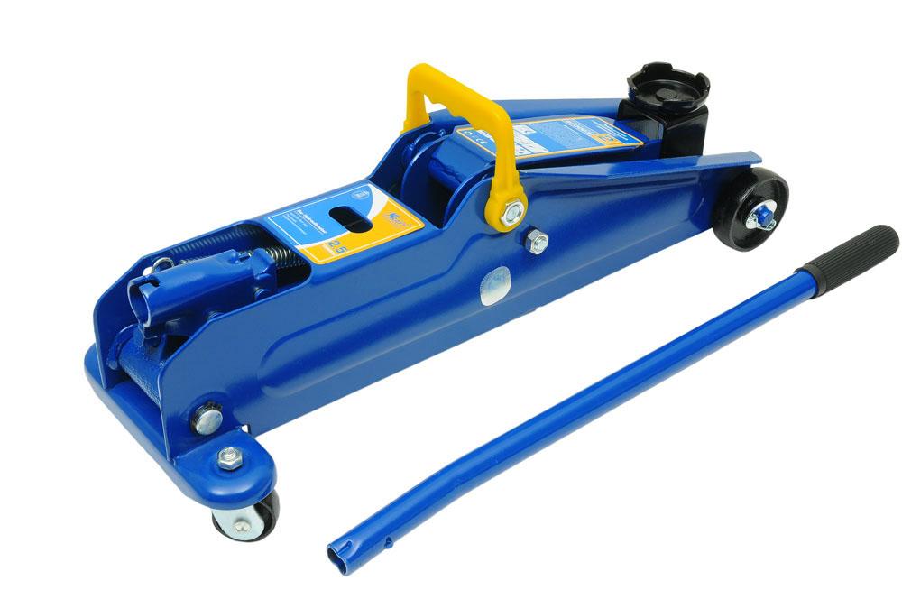 Домкрат подкатной Kraft КТ 820003, 2,5 тст12-7фмкаГидравлический подкатной домкрат Kraft предназначен для поднятия грузов. Отличается простотой обслуживания и надежностью в эксплуатации, позволяя осуществить плавный подъем груза и его точную остановку на заданной высоте при небольшом рабочем усилии. Технические характеристики:Грузоподъемность: 2,5 т.Высота подъема: 385мм.Высота подхвата: 135 мм.Функциональные особенности:Высокая устойчивость.Предохранительный клапан.Удобная ручка.Морозостойкое масло (-45°C).Комплектация:Подкатной гидравлический домкрат.Рукоятка домкрата.Руководство по эксплуатации.Кейс.