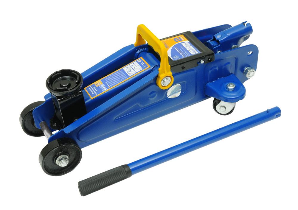 Домкрат подкатной Kraft КТ 820000, 2 тDW90Гидравлический подкатной домкрат Kraft предназначен для поднятия грузов. Отличается простотой обслуживания и надежностью в эксплуатации, позволяя осуществить плавный подъем груза и его точную остановку на заданной высоте при небольшом рабочем усилии. Технические характеристики:Грузоподъемность: 2 т.Высота подъема: 320 мм.Высота подхвата: 135 мм.Функциональные особенности:Высокая устойчивость.Предохранительный клапан.Удобная ручка.Морозостойкое масло (-45°C).Комплектация:Подкатной гидравлический домкрат.Рукоятка домкрата.Руководство по эксплуатации.