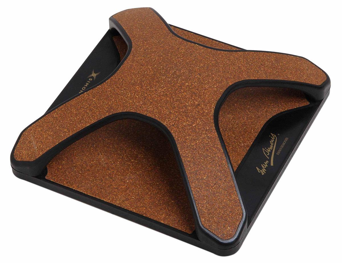 Станок для чистки сукна Simonis X-103921Устройство для чистки бильярдного сукна Simonis X-1 – инновационное приспособление от компании Iwan Simonis для эффективного ухода за сукном. В отличие от щеток и пылесоса современное устройство позволяет очищать сукно до самого его основания, устраняя даже самые мелкие частички мела, пыль и любые загрязнения. Кроме того, X-1 абсолютно безопасно для сукна, так как основано на принципе статического электричества, в то время как обычные щетки, размывающие пыль по ткани, и пылесос могут повредить сукно, растянуть и обесцветить его, лишая столь важный элемент бильярдной игры его первозданных игровых качеств.
