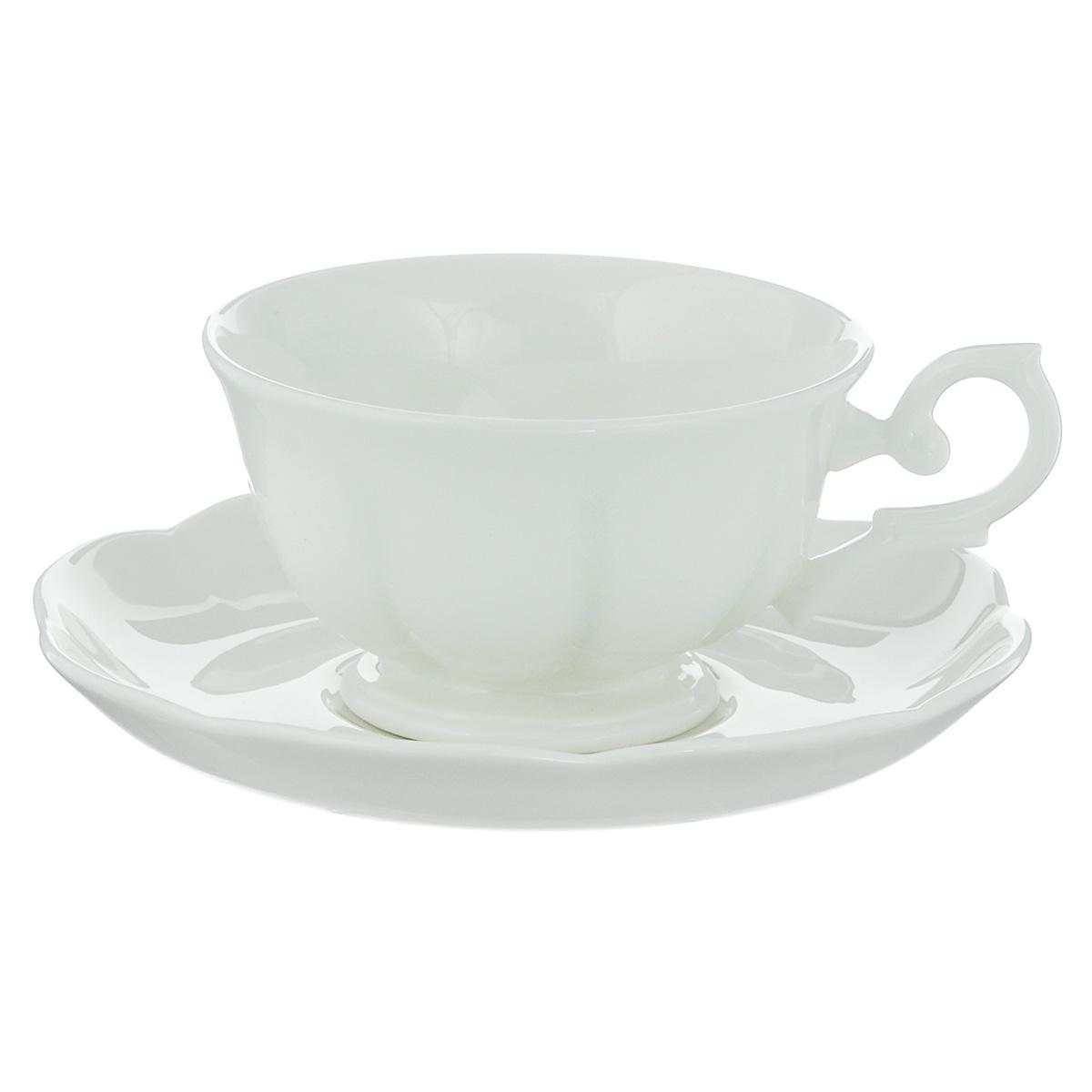 Чайная пара Royal Bone China White, 2 предмета54 009312Набор Royal Bone China White состоит из чашки и блюдца, изготовленных из костяного фарфора с содержанием костяной муки (45%). Основным достоинством изделий из костяного фарфора является абсолютно гладкая глазуровка. Такие изделия сочетают в себе изысканный вид с прочностью и долговечностью. Кружка оснащена изящной ручкой и декорирована вертикальными бороздами, блюдце имеет волнообразные края. Изделия Royal Bone Chine по праву считаются элитными. Благодаря такому набору пить напитки будет еще вкуснее.Объем чашки: 180 мл.Диаметр блюдца: 15 см.