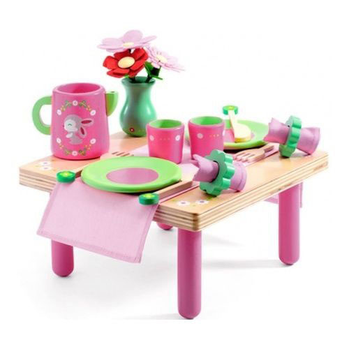 """Игровой набор Djeco """"Лили Роз"""" позволит весело и полезно провести время. Маленькая хозяюшка с большим удовольствием приготовит праздничное чаепитие и пригласит на него все свои любимые игрушки, маму и друзей. Девочка сможет заварить вкусный чай и полакомиться сладким тортиком, задув на нем свечки. С этим симпатичным набором можно каждый день праздновать чей-нибудь День Рождение! Очаровательный деревянный набор посуды со столиком Djeco идеально подойдет для обеда с вашими плюшевыми друзьями."""
