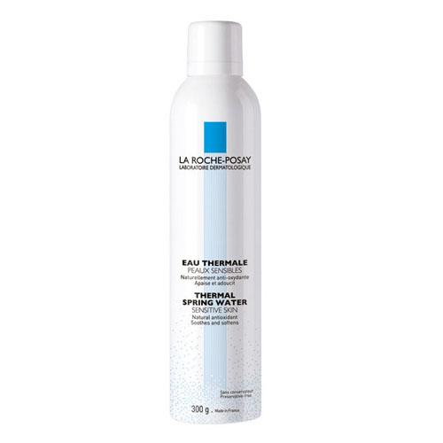 La Roche-Posay Термальная вода Thermal Water, 300 млFS-00897Увлажняет кожу, нейтрализует свободные радикалы, замедляет процессы старения клеток, защищает от излучения UV-лучей, успокаивает раздражение кожи, оказывает ранозаживляющее и противовоспалительное действие, устраняет зуд и смягчает кожу.