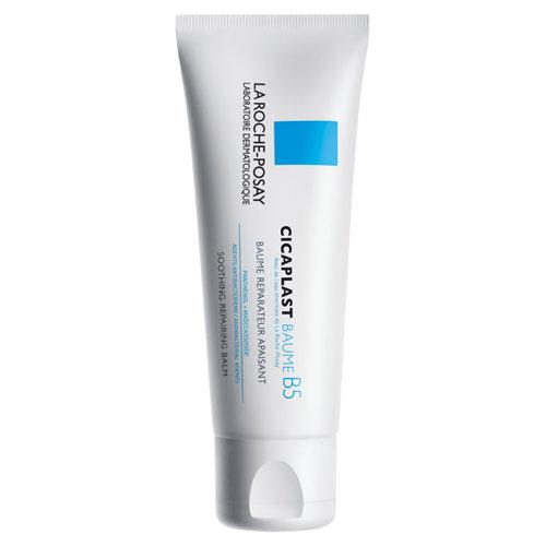 La Roche-Posay Бальзам В5 Мультивосстанавливающее средство Cicaplast для чувствительной и раздраженной кожи лица и тела 100 млC20629Бальзам восстанавливает и заживляет проявления атопического дерматита и других кожных заболеваний. Идеален для сверхчувствительной, тонкой, сухой кожи детей и взрослых. Подходит для новорожденных.• улучшает процесс восстановления кожи и обладает антибактериальными свойствами• успокаивает сухие, раздражённые участки кожи• защищает кожу, благодаря насыщенной питательной текстуре• текстура не жирная, нелипкая, не оставляет белых следовЦикапласт Б5 - это успокаивающее мультивосстанавливающее средство для сверхчувствительной и/или склонной к атопии кожи младенцев, детей и взрослых. Насыщенная, питательная текстура защищает кожу, является барьером, препятствующим попаданию бактерий на поверхность.Показания к применению:- ссадины и царапины- сухость и шелушение- раздражение от подгузников- покраснения и ожоги- после эпиляцииСредство Cicaplast B5 подходит для использования на лице, теле и губах.Результат: мгновенное чувство комфорта - кожа восстановлена и успокоена.Средство протестировано под дерматологическим контролем на сверхчувствительной коже и подходит для нежной кожи младенцев.Рекомендации по использованию: наносить дважды в день на предварительно очищенную сухую кожу. Может наноситься плотным слоем для создания окклюзии или тонким слоем для мгновенного защитного действия. Избегайте области вокруг глаз.Без парабенов и парфюмерных отдушек.Гиппоаллергенно.Без ланолина.
