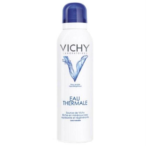 Vichy Термальная вода, 150 млFS-00897Уникальная по своему составу Минерализирующая термальная вода VICHY рождается в недрах вулканов в центре Франции на территории региона Auvergne [Овернь], охраняемого от загрязнений с 1874 г. Она образуется на глубине 4 000 метров от поверхности земли, при температуре 140°C. Проходя через магматические породы, возраст которых составляет более 380 миллионов лет, вода VICHY насыщается уникальными минералами и микроэлементами. 15 редких минералов, входящих в состав воды VICHY, не воспроизводятся организмом самостоятельно, но столь необходимы для красоты и здоровья кожи.ЭФФЕКТИВНОСТЬ:Улучшает качество кожи: оказывает регенерирующее действие.· ускоряет процесс обновления клеток кожи;· сохраняет влагу в коже;· уменьшает размер пор.Помогает бороться со старением: · оказывает укрепляющее действие;· усиливает антиоксидантную защиту кожи;· предотвращает изменение клеток кожи от воздействия УФ-лучей.Улучшает состояние чувствительной кожи: · оказывает успокаивающее действие;· уменьшает зуд, покраснения, стянутость;· восстанавливает уровень PH кожи;· успокаивает кожу после косметических процедур.