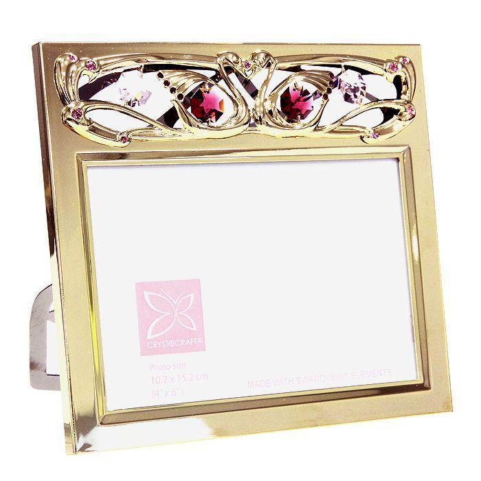 Фоторамка Свадебная, 10 см х 15 см. 67545Брелок для ключейДекоративное изделие Свадебная выполнено в виде прямоугольной фоторамки на подставке и украшено разноцветными кристаллами Swarovski. Фоторамка изготовлена из высококачественной стали и покрыта золотом (0,05 микрон). Оригинальный сувенир будет отличным подарком для ваших друзей и коллег. Такая рамка надолго сохранит минуты нежных воспоминаний о таком замечательном событии!Более 30 лет компания Crystocraft создает качественные, красивые и изящные сувениры, декорированные различными кристаллами Swarovski.Размер фоторамки: 15,5 см х 17 см.Материал: углеродная сталь, австрийские кристаллы.