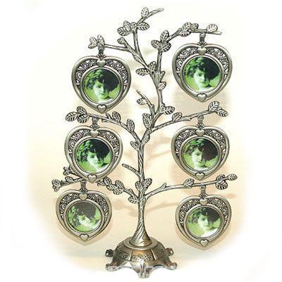 Металлическая фоторамка Дерево, на 6 фотографийБрелок для ключейОригинальная рамка для фотографий выполнена в виде дерева, на ветвях которого прикреплены небольшие сердечки-рамочки. На таком дереве вы сможете разместить фото всей своей семьи. Такая рамка послужит оригинальным и практичным подарком.