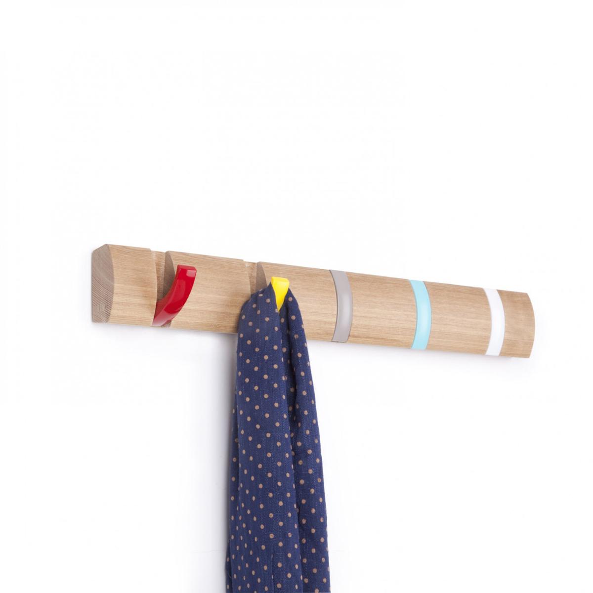 Вешалка настенная Umbra Flip, цвет: светло-коричневый, 5 крючков1004900000360Стильная и прочная вешалка Umbra Flip интересной формы и оригинального дизайна изготовлена из дерева. Имеет 5 откидных крючков из никеля: когда они не используются, то складываются, превращая конструкцию в абсолютно гладкую поверхность. Вешалка Umbra Flip идеально подходит для маленьких прихожих и ограниченных пространств. Каждый крючок выдерживает вес до 2,3 кг.