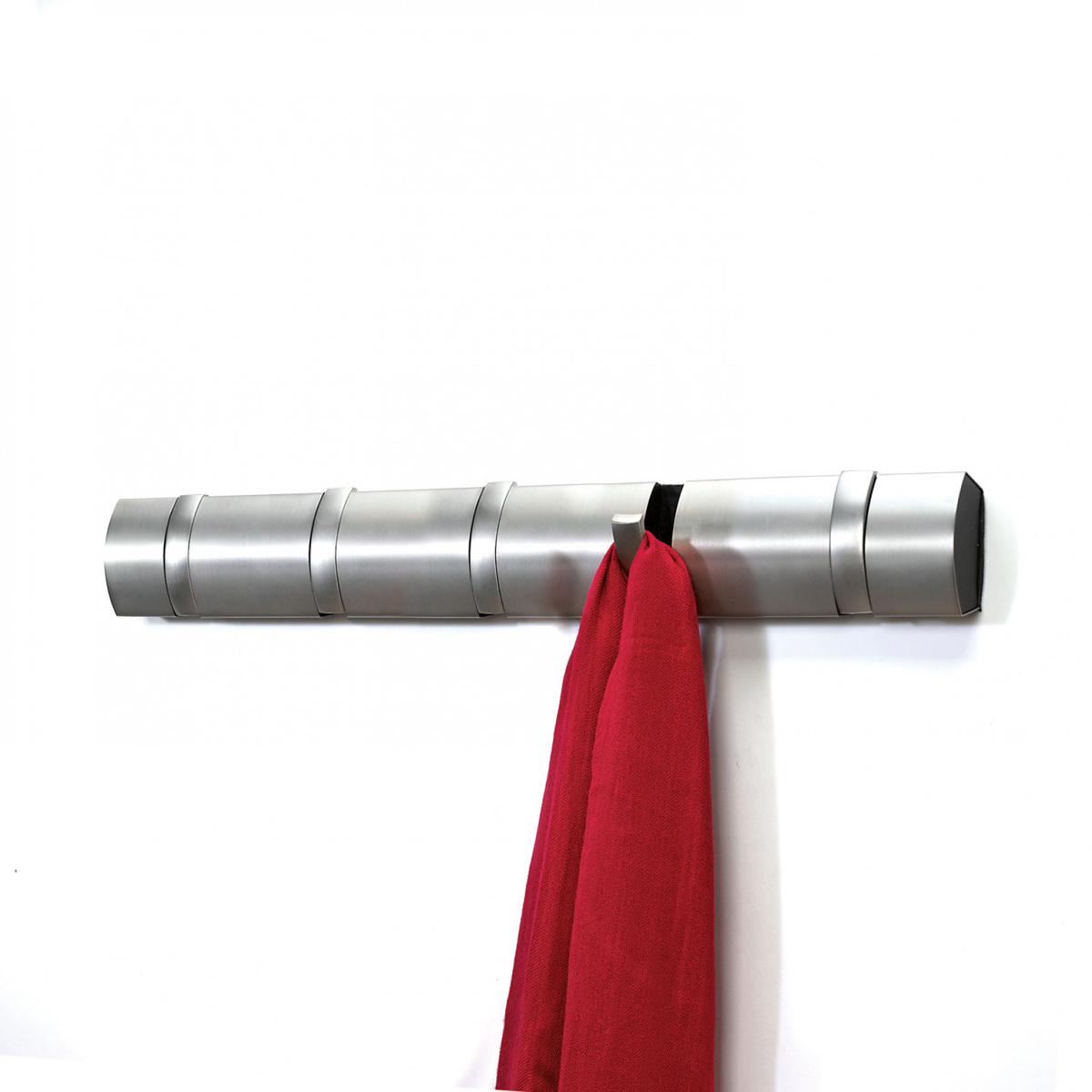 Вешалка настенная Umbra Flip, цвет: стальной, 5 крючков. 318852-41074-0060Стильная и прочная вешалка Umbra Flip интересной формы и оригинального дизайна изготовлена из прочного пластика и металла. Имеет 5 откидных крючков из никеля: когда они не используются, то складываются, превращая конструкцию в абсолютно гладкую поверхность. Вешалка Umbra Flip идеально подходит для маленьких прихожих и ограниченных пространств. Каждый крючок выдерживает вес до 2,3 кг. Размер вешалки: 51 см х 5,5 см х 2 см.