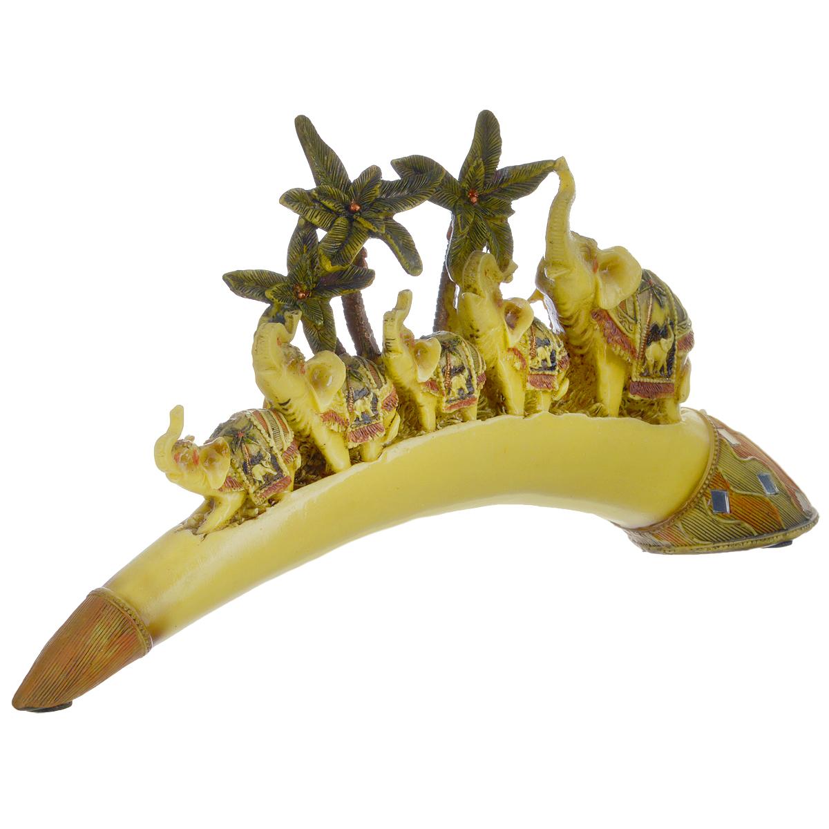 Фигурка декоративная Molento Счастливая пятерка, высота 16,5 см695281Декоративная фигурка Molento Счастливая пятерка, выполненная из полистоуна, станет отличным украшением интерьера и подчеркнет его изысканность. Изделие выполнено в виде бивня слона, на котором расположена композиция из пальм и пяти слонов.Такая фигурка всегда сможет послужить приятным подарком для ваших друзей и близких. Размер фигурки: 35,5 см х 5,5 см х 16,5 см.