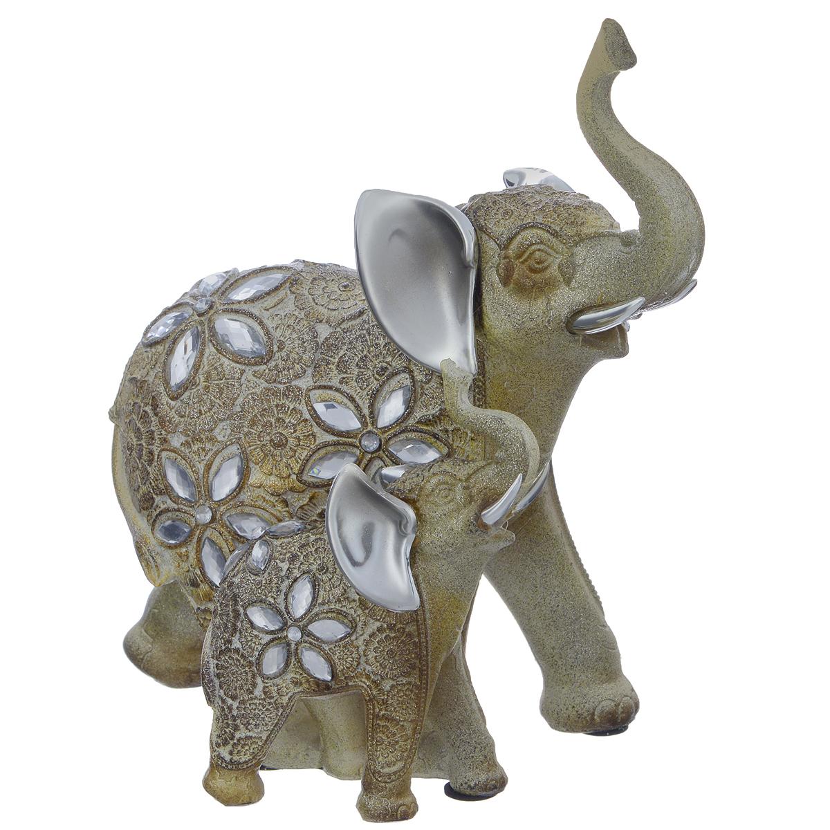 Фигурка декоративная Molento Блестящая семья, высота 21,5 смБрелок для ключейДекоративная фигурка Molento Блестящая семья, выполненная из полистоуна, станет отличным украшением интерьера и подчеркнет его изысканность. Изделие, выполненное в виде двух слонов, украшено рельефными цветочными узорами и стразами. Такая фигурка всегда сможет послужить приятным подарком для ваших друзей и близких. Размер фигурки: 18,5 см х 11 см х 21,5 см.