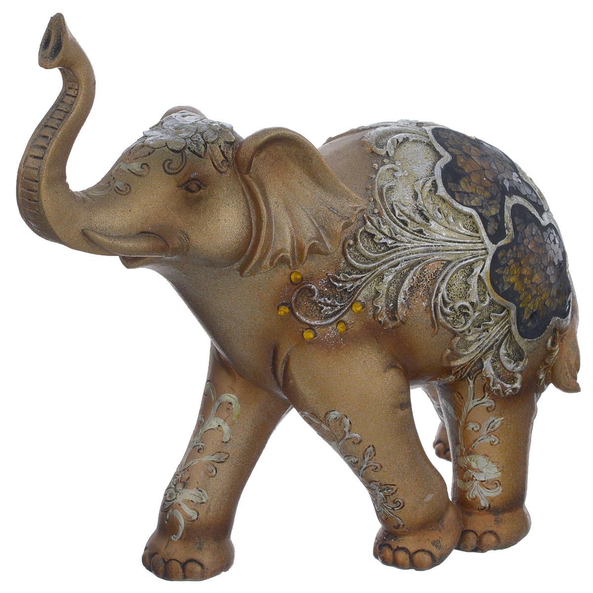Фигурка декоративная Molento Слон с мозаикой, высота 21 см10850/1W GOLD IVORYДекоративная фигурка Molento Слон с мозаикой, выполненная из полистоуна, станет отличным украшением интерьера и подчеркнет его изысканность. Изделие, выполненное в виде слона, украшено рельефными узорами и мозаикой из стекла. Такая фигурка всегда сможет послужить приятным подарком для ваших друзей и близких. Размер фигурки: 24,5 см х 10 см х 21 см.