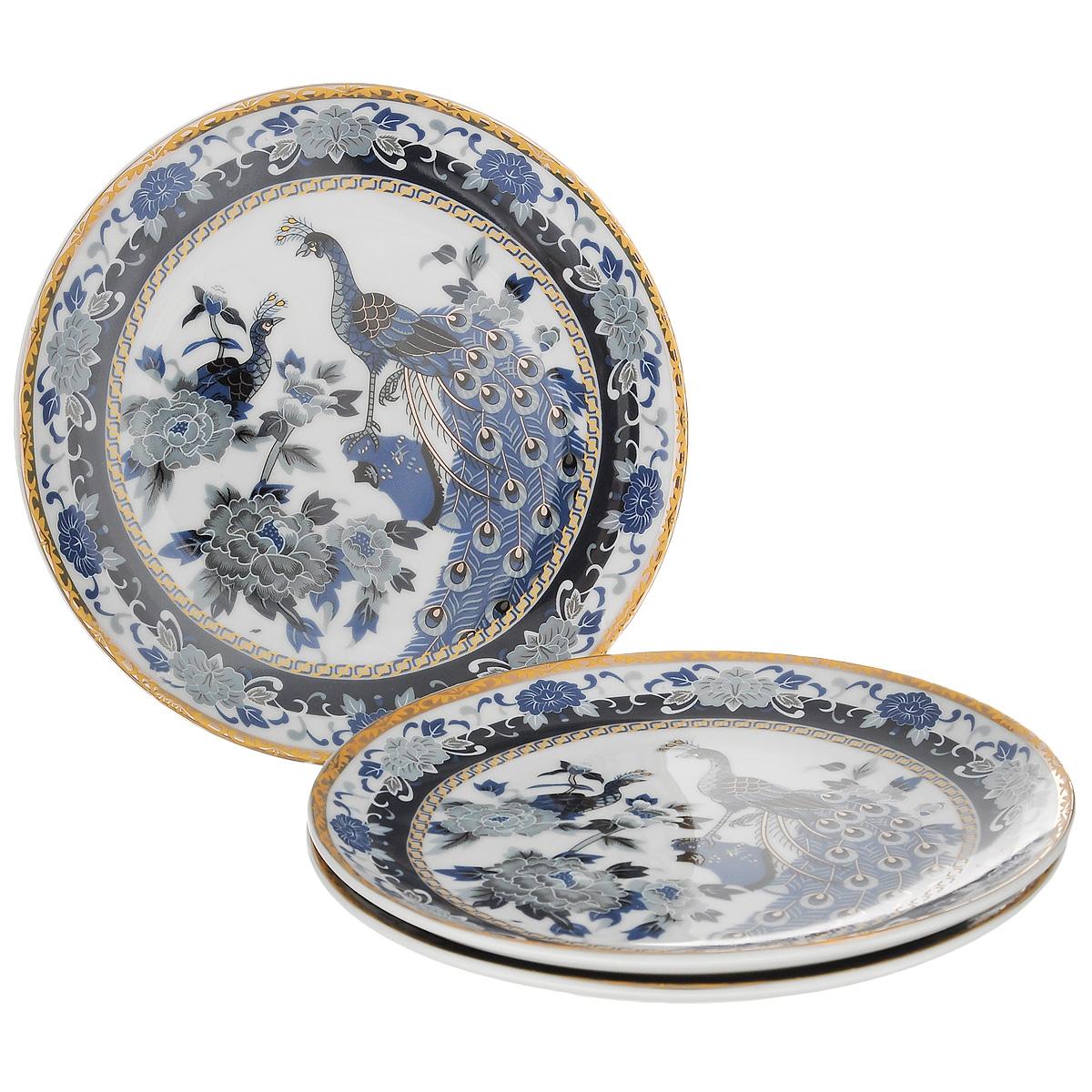Набор тарелок Saguro Синий павлин, диаметр 18,5 см, 3 шт1303774Набор Saguro Синий павлин состоит из трех тарелок, изготовленных из фарфора. Изделия оформлены золотой каемкой и изображением павлинов и цветов.Такие тарелки сочетают в себе изысканный дизайн с максимальной функциональностью. Красочность оформления придется по вкусу тем, кто предпочитает классику и утонченность. Оригинальные тарелки украсят сервировку вашего стола и подчеркнут прекрасный вкус хозяйки, а также станут отличным подарком. Не использовать в микроволновой печи. Не применять абразивные чистящие вещества.Диаметр тарелки: 18,5 см.